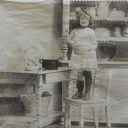 12598. Девочка на стуле
