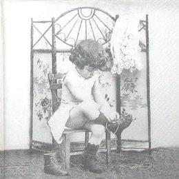 3452. Девочка у ширмы