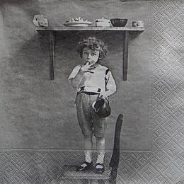 12423. Мальчик на стуле