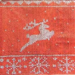 9676. Вязанный олень на красном
