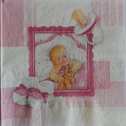 9726. Малыш с мишкой на розовом
